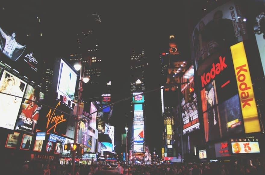 Ein Platz in New York City mit sehr vielen großen, visuellen Display-Anzeigen